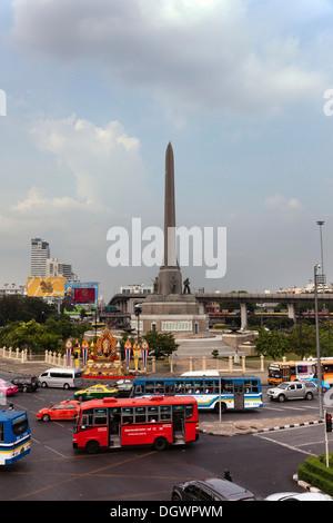 Colonne de la victoire sur un rond-point dans le Ratchathewi district, Bangkok, Thailande, Asie Banque D'Images