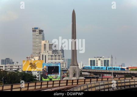 Colonne de la victoire et le Skytrain Ratchathewi, dans le district de Bangkok, Thailande, Asie Banque D'Images