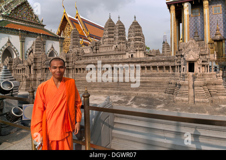 Monk en avant du modèle de Angkor Wat, terrasse supérieure, Wat Phra Kaeo, Krung Thep, Bangkok, Thailande, Asie Banque D'Images