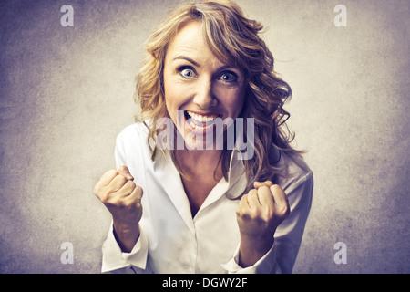 Femme blonde réjouissance Banque D'Images
