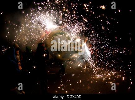 Les gens dansent entourés par le feu et la pyrotechnie lors d'un feu traditionnel run dans l'île de Majorque, Espagne Banque D'Images