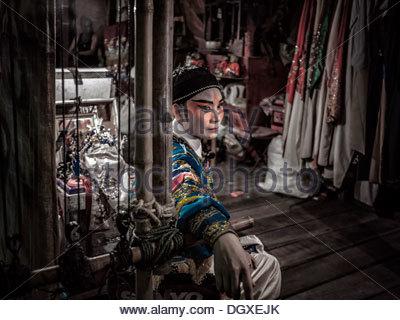 L'opéra chinois acteur dans une tenue complète composent et backstage avant un spectacle. S. E. Asie Thaïlande Banque D'Images