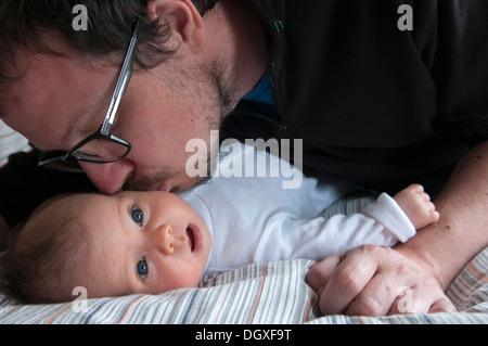 Son père petite fille sur la joue Banque D'Images