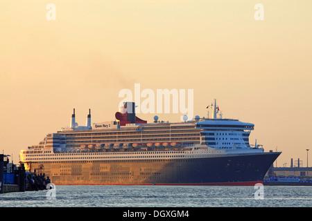 Queen Mary 2 dans le port de Hambourg, Jours de Croisière 2012 festival, Hambourg Banque D'Images