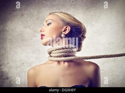 Fille Ligotée jeune fille attachée avec une corde banque d'images, photo stock