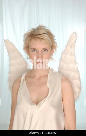 Femme blonde avec des ailes d'ange Banque D'Images