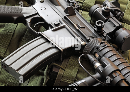 Close-up of a rayé M4A1 Carbine (AR-15) et vert veste tactique militaire Banque D'Images