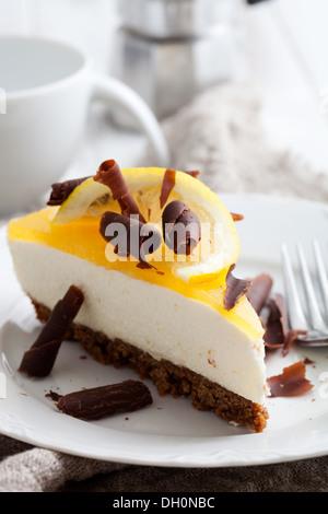 Gâteau au fromage au citron avec tranche de citron et copeaux de chocolat Banque D'Images