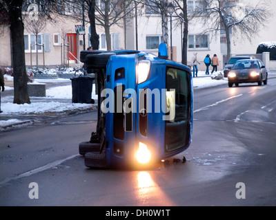 Après un accident de voiture sur une route glacée, black ice Banque D'Images