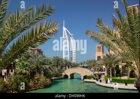 Canal d'eau à Madinat Jumeirah, Burj al Arab hotel de luxe à l'arrière, Burj Al Arab, Dubaï, Émirats Arabes Unis Banque D'Images
