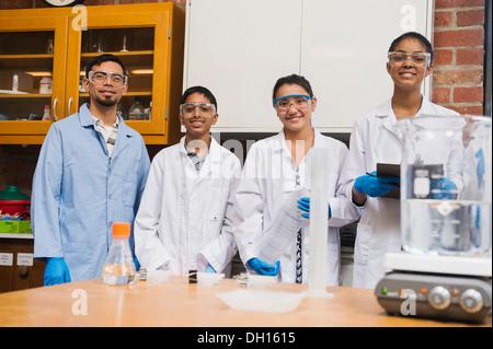 Enseignant et élèves smiling in science lab