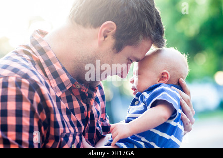 Woman holding baby outdoors Banque D'Images