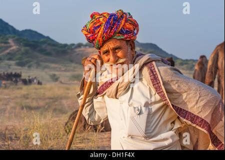 Négociant Camel prend un reste de conduire ses chameaux à travers le désert du Thar vers la foire annuelle à Pushkar, Banque D'Images