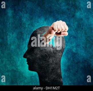 Image conceptuelle d'un poing poing à travers une tête en carton. Banque D'Images