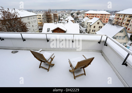 Deux fauteuils recouverts de neige sur une terrasse, Kreuzlingen, Canton de Thurgovie, Suisse Banque D'Images
