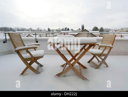 Couverte de neige deux chaises et une table couverte de neige sur une terrasse, Kreuzlingen, Canton de Thurgovie, Banque D'Images
