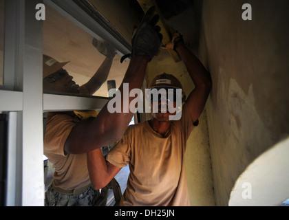"DILI, Timor-Leste - (oct. 25, 2013) à Dili, Timor-Leste, Salvador local ""Ricky"" Dos Santos, droit, aide U.S. Navy Banque D'Images"