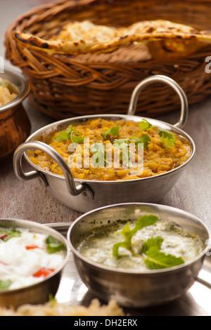 La nourriture traditionnelle indienne dal Banque D'Images