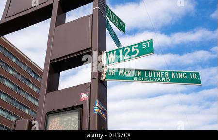 Le Dr Martin Luther King Boulevard et Malcolm X Boulevard à Harlem à New York Banque D'Images