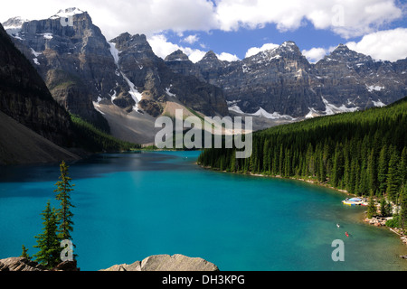 Moraine Lake dans les montagnes Rocheuses, Banff National Park, Alberta, Canada Province Banque D'Images