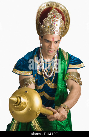 Jeune homme s'habille comme Bhima et tenant une mace