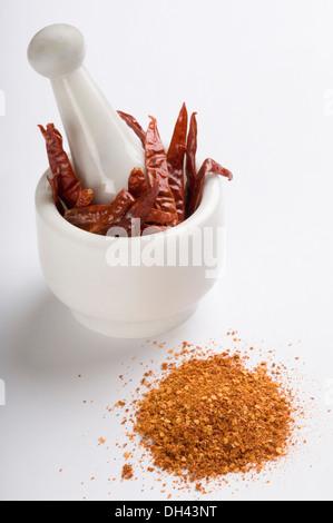 Piment rouge dans un mortier avec le paprika Banque D'Images