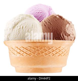 Des glaces colorées en cônes alvéolés. Le fichier contient le chemin de travail. Banque D'Images