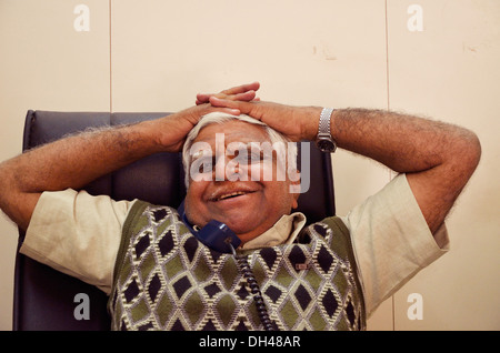 Old man talking on phone Rajasthan Inde Asie M.#704 Banque D'Images