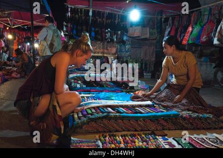 Close up horizontale d'un portrait les touristes à la recherche de textiles et à un marché de la rue du Laos dans Banque D'Images