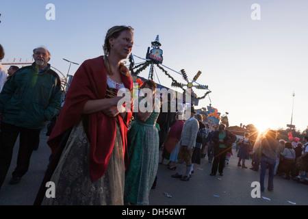 Une femme portant des vêtements traditionnels bavarois. Le plus grand festival de la bière du monde Munich, Allemagne. 2007