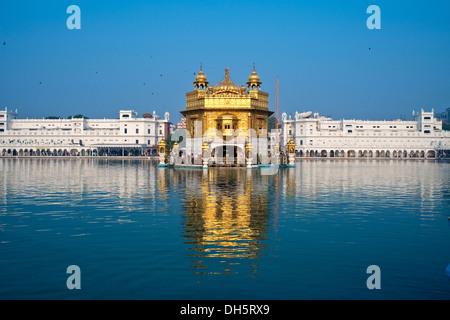 Le Harmandir Sahib ou Darbar Sahib, le Temple d'Or, le temple principal des Sikhs, avec la sainte Amrit Sagar Lake, Banque D'Images