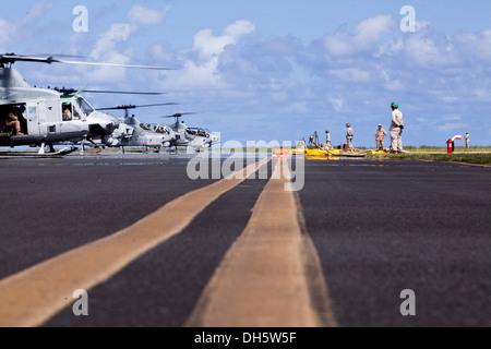 Les Marines américains avec le détachement de soutien de l'aile Marine (MWSD) 24, attend pour faire le plein d'hélicoptères a atterri au cours d'un exercice démontrant