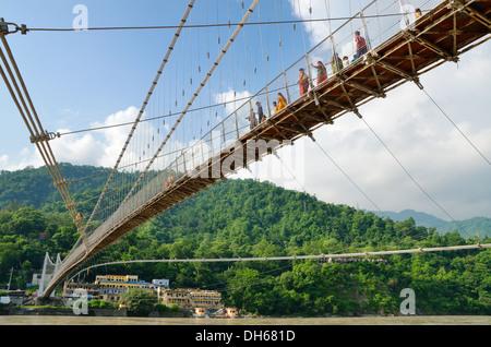 Ram Jhula Bridge sur la rivière Ganga, Rishikesh, Inde Banque D'Images