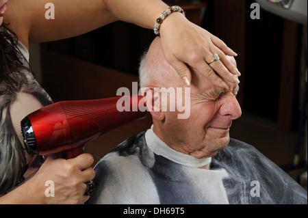 Un homme âgé dans un salon de coiffure, un coup sec, Bade-Wurtemberg Banque D'Images
