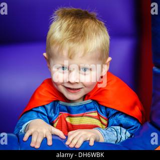 Jeune garçon en robe de soirée à une fête d'Halloween Banque D'Images
