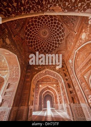 L'intérieur de la mosquée du Taj Mahal, Agra, Inde. Banque D'Images