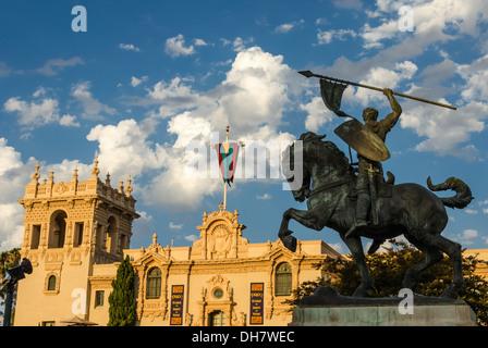 El Cid statue et la maison de l'hospitalité des capacités au Balboa Park. San Diego, Californie, États-Unis. Banque D'Images