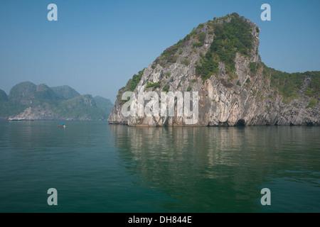 Une vue sur les spectaculaires formations karstiques de calcaire dans la baie de Lan Ha, Halong Bay, Vietnam. Banque D'Images