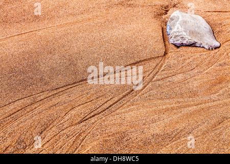 Une image abstraite d'un rocher et sable ondulations formant sur la plage à Nash Point dans le pays de Galles. Banque D'Images