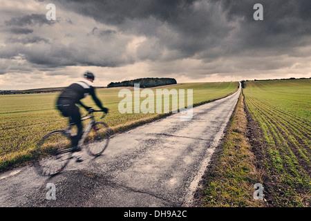 Cycliste solitaire dans la campagne britannique Banque D'Images