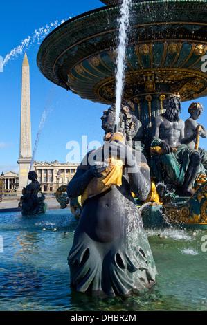 Détails d'une belle fontaine, Place de la Concorde à Paris. L'Obélisque et de la rue royal peut être vu dans l'arrière Banque D'Images