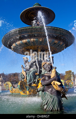 Une belle fontaine, Place de la Concorde à Paris. Banque D'Images