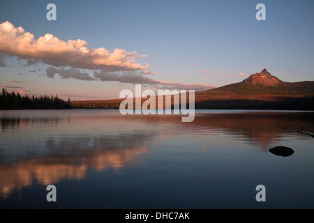 OREGON - Coucher du soleil à Big Lake, près de la base du Mont Washington, dans la forêt nationale de Deschutes. Banque D'Images