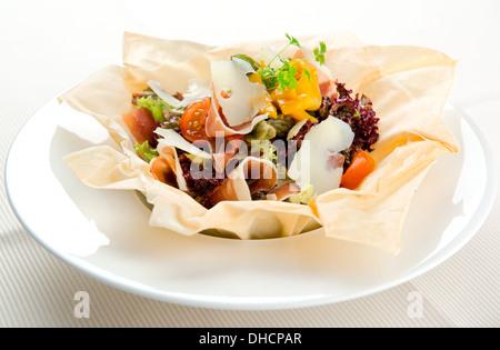 Salade gourmande avec bacon et fromage parmesan Banque D'Images
