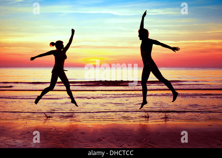 Bonheur, couple jumping on the beach Banque D'Images