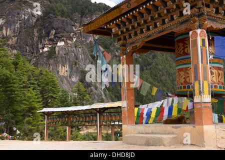 La vallée de Paro, Bhoutan, roues de prière à Taktsang (Tiger's Nest) vue du monastère
