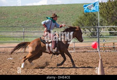 Cowboy sur cheval, monté d'une compétition de tir, fin du sentier du Jubilé de l'Ouest sauvage, près de Albuquerque, Banque D'Images