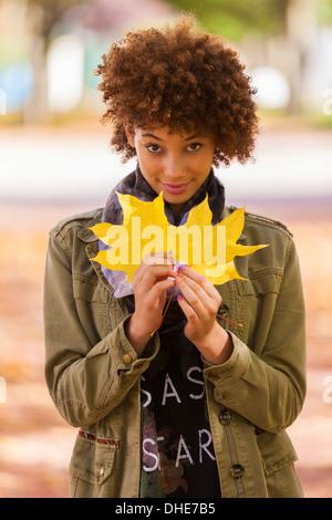 Portrait de plein air d'automne belle African American woman feuilles jaunes - Noirs Banque D'Images