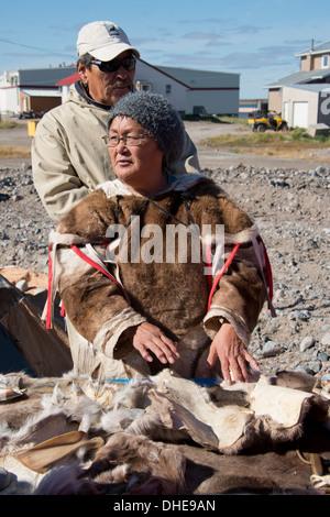 Au Canada, le Nunavut, rive ouest de la Baie d'Hudson, Région de Kivalliq, Arviat. Femme Inuit (Mary) dans la peau de caribou.