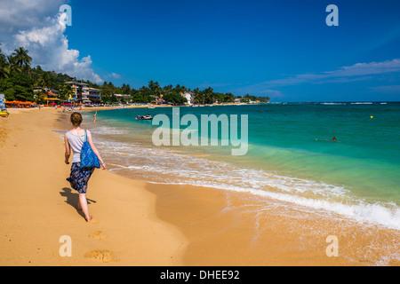 Balades touristiques le long de Unawatuna Beach, une belle plage sur la côte sud du Sri Lanka, en Asie Banque D'Images